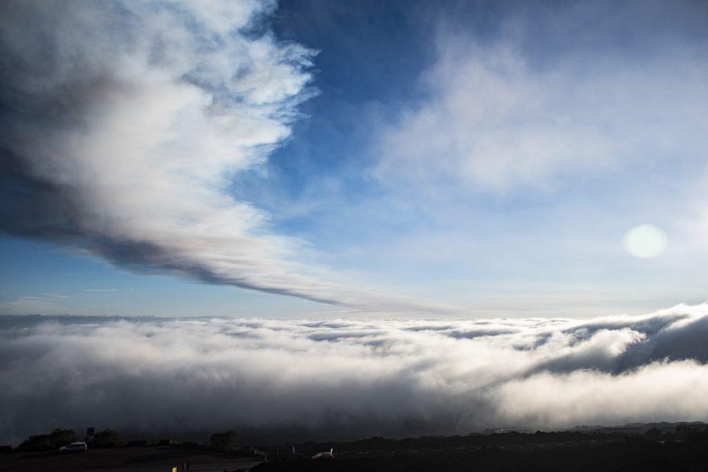 Dalla vetta dell'Etna sopra le nuvole