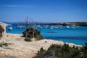 Formentera - Barche a vela all'ancora a Cala Sahona