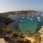 Ibiza, Rada di Porroig dall'alto. Barche a vela a ll'ancora
