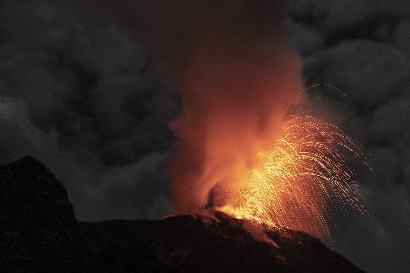 Stromboli in eruzione. Lapilli dalla barca